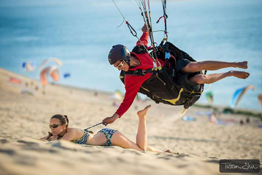 funny-paraglider-beach-bikini-girl
