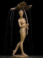 DEU, SACHSEN, Dresden, 22.06.2016: Frau mit Blatt, Springbrunnen aus Bronze, Skulptur von Malgorzata Chodakowska, Frau steht unter einem von ihr gehaltenem Blatt von dem Wasser laeuft, Plastik vor schwarzem Hintergrund, 185 cm hoch; losdif - copyright by Lothar Sprenger [Telefon: 0351-8048012, Funk: 0170-5250109, mail: lo.sprenger@t-online.de, Anschrift: D-01187 Dresden, Bienertstrasse 33a; Veroeffentlichung nur mit Autorangabe, Belegexemplar und gegen Honorar]